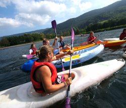 Kanugruppe auf einem See in den Vogesen