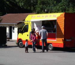 Pizza-Truck auf dem Campingplatz Au Clos de la Chaume in den Vogesen