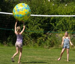 "Volleyball auf dem Campingplatz Au Clos de la Chaume in den Vogesen, Teil des Netzwerks ""Sites et Paysages"""